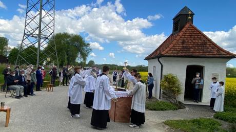 Bei Kaiserwetter und vor einer Bilderbuchkulisse feierten die Burgheimer das Dreifaltigkeitsfest bei der Schnödhofkapelle. Dekan Werner Dippel zelebrierte den Festgottesdienst.