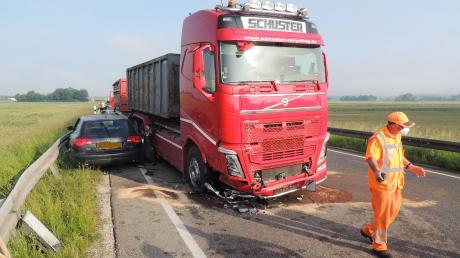 Glück im Unglück hatte der Fahrer dieses Autos bei einem Unfall auf der B16 bei Burgheim.