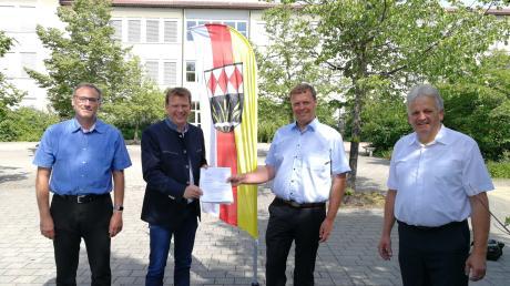 Michael Lederer und sein Vertreter Klaus Scherm (rechts) freuen sich über die Förderung des Bundes, die MdB Reinhard Brandl überbrachte. Auch die Schule von Rektor Rainer Seefried wird davon profitieren.
