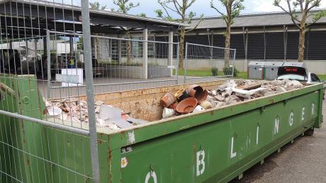 Die Bauschuttcontainer auf den Wertstoffhöfen sind jetzt von Zäunen umrandet, damit das Ablagern bessere kontrolliert werden kann.