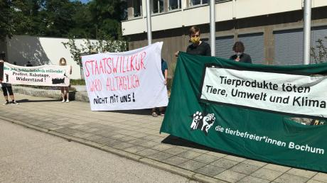 Im Vorfeld des Prozesses, bei dem Tönnies Schadenersatz von einem Aktivisten fordert, haben Tierschützer vor dem Landgericht Ingolstadt demonstriert.