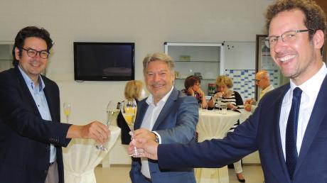 Schulleiter Matthias Fischer (links) und Landrat Peter von der Grün (rechts) gratulieren Franz Haltmayer. Nach 28 Jahren in Neuburg übernimmt er als Direktor die Berufsschule Pfaffenhofen mit FOS und BOS Scheyern.