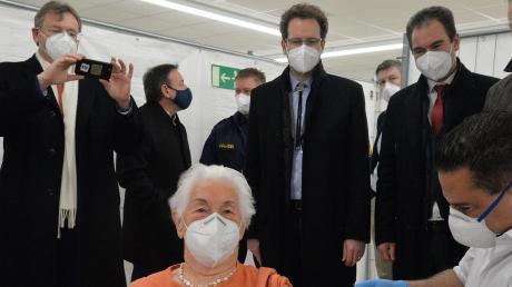 Da machte selbst der Oberbürgermeister ein Erinnerungsfoto: Luise Kober war die erste Person, die im Landkreis Neuburg-Schrobenhausen am 27. Dezember 2020 gegen Corona geimpft worden ist.