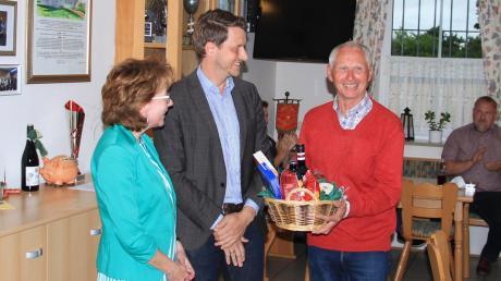 Ulrike Polleichtner gratulierte Altbürgermeister Ernst Gebert nachträglich zum Geburtstag. Er hatte im April seinen 70. gefeiert.