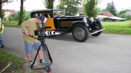 Kameramann Axel Petrovan filmt den Bugatti bei der Fahrt durch die Stepperger Allee.