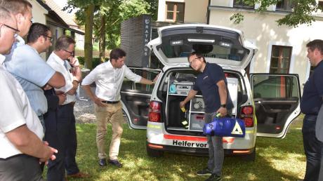 Matthias Lautner (am Fahrzeug), stellvertretender Bereitschaftsleiter aus Weichering, stellte das Fahrzeug des HvO-Teams samt Ausstattung den Sponsoren und Unterstützern vor.