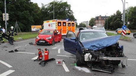 Ein Autofahrer fuhr in Ingolstadt bei Rot über eine Ampel und stieß mit einem anderen Auto zusammen. Drei Menschen wurden leicht verletzt.