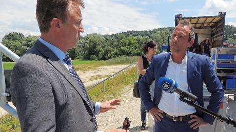 Umweltminister Thorsten Glauber (rechts) im Gespräch mit Rennertshofens Bürgermeister Georg Hirschbeck beim Besuch am Einlasswehr bei Stepperg.