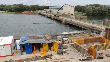 In Bertoldsheim wird eine neue Donaubrücke gebaut. Im Vordergrund sieht man rechts bereits die Schalung für das erste Widerlager. Die neue Brücke entsteht direkt neben der Kraftwerksbrücke.