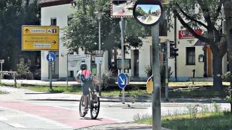 Die neuralgische Stelle an der Einmündung Ingolstädter-/Monheimer Straße ist mit mehrfacher Warntechnik versehen worden.