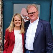 """An der Pforte zum Fernsehsender: Annabel und Bernhard Sönning aus Neuburg am Eingang zum Studio, in dem die Sendung """"Bares für Rares"""" aufgezeichnet wird. Dort traten sie als Teilnehmer auf."""