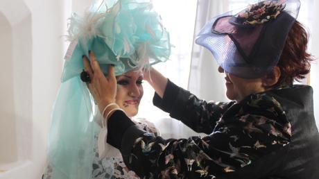 Ein außergewöhnlicher Hut für eine extravagante Kundin: Hutmacherin Irina Sardareva aus Bulgarien hat für jede Dame den passenden Kopfschmuck – vorausgesetzt, es soll ein Modell in bunten Farben und ausgefallenen Formen sein.