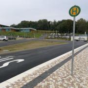 Zur neuen Paul-Winter-Realschule in Neuburg gehört eine Bushaltestelle mit Wendekreis. Doch offenbar gab es Fehler in der Planung. Bislang können Busse die Haltestelle nicht nutzen.