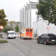 Wer aus dem Osten stadteinwärts fahren will, muss das derzeit über die Nördliche Grünauer Straße tun. Doch weil die Neuburger Milchwerke gerade ein neues Hochregallager bauen, ist die Umleitungsstrecke einseitig gesperrt.