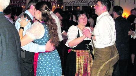 Eng ging es zu auf der Tanzfläche beim Ball der Landwirtschaft. Neben Auftritten der Faschingsgesellschaften schwangen die Besucher gerne selbst das Tanzbein. Fotos (2): Doris Bednarz