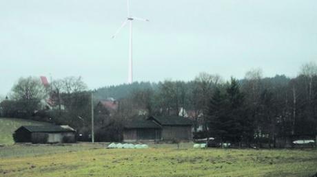 Dorfansicht mit Windrad: So könnte die geplante Anlage im Kugelholz südwestlich des Ortes die Silhouette von Schönesberg überragen. Foto: Eibel, Montage: Schütz