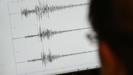 Ein schweres Erdbeben hat Indonesien erschüttert. Zwischenzeitlich hatten die Behörden eine Tsunami-Warnung herausgegeben.