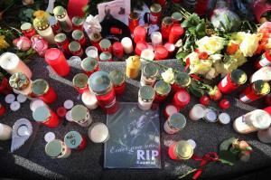 Trauerbekundungen und Grablichter am Königsplatz.