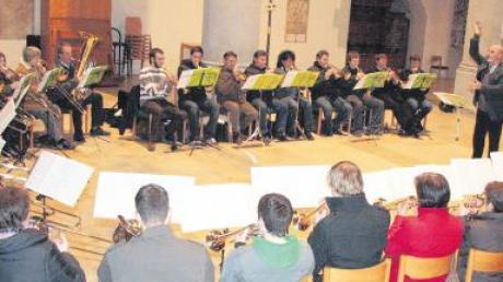 Bei einem Gottesdienst in der St.-Georgs-Kirche in Nördlingen erinnerten elf Chöre aus dem Ries an den früheren Wirtschaftsminister Anton Jaumann. Dessen Stiftung unterstützte auch heuer wieder die Kirchenmusik im Ries.