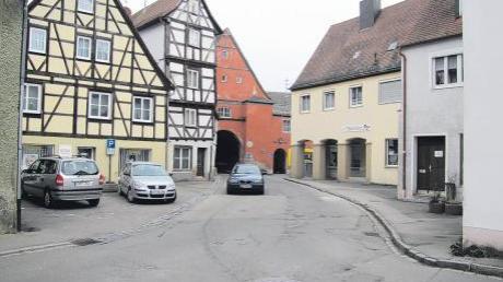 Startschuss für die Straßenbauarbeiten am Oettinger Zwingertor: Ab der kommenden Woche wird dieser Verkehrsbereich komplett gesperrt. Der Lkw-Lieferverkehr für die Altstadt wird über Bach-, Hexengasse und den Saumarkt umgeleitet. Bis zur Kirchweih soll der Spuk vorüber sein.