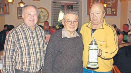 Der Vorsitzende Johann Scheuermann gratuliert Josef Kreutzer und Bruno Aurnhammer (von rechts) zur Erringung des zweiten Kreispokales. Auf dem Bild fehlen Wolfgang und Karl Bübl.