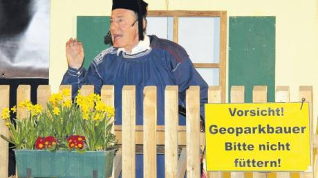"""Werner Kunzmann begeisterte am Freitag und Samstag als """"Bauer Daniel"""" die Besucher in der voll besetzten Turnhalle beim Starkbieranstich in Megesheim. Er beherrscht seine Rolle als D'rblecka derart souverän, dass man diese Bühnenfigur schon als guten alten Bekannten angelegt hat."""