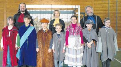 Mit Kostümen ausgestattet durften die Kinder mitspielen und an der Seite der Profis agieren.