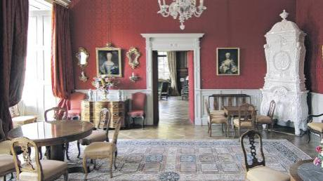 Der Rote Salon wird im Rahmen der Führungen durch das Oettinger Residenzschloss ebenfalls besichtigt.