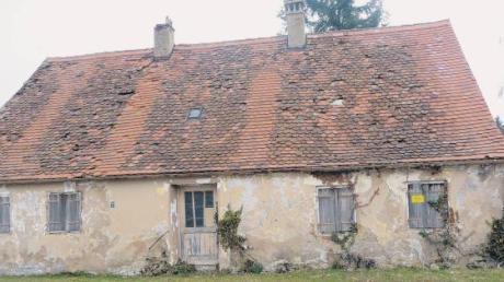 """Das alte """"Armenhaus"""" in Deiningen zeigt sich in sehr schlechtem Zustand. Das denkmalgeschützte Gebäude befindet sich in Privatbesitz. Die Zukunft des historisch bedeutungsvollen Gebäudes ist ungewiss."""