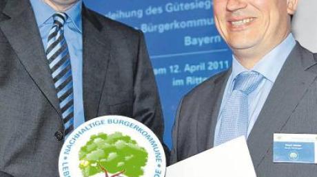 Umweltminister Markus Söder (links) übergibt an Bürgermeister Matti Müller die Urkunde für Oettingen.