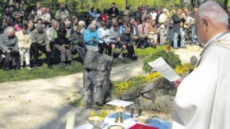 """Um 11 Uhr angekommen in """"Maria Buch"""", feierte die Gruppe und zahlreich dazugekommene Besucher bei herrlichstem Wetter vor der Waldkapelle einen Gottesdienst mit Pater Klaus von den Mariannhillern und den Reimlinger Bläsern."""