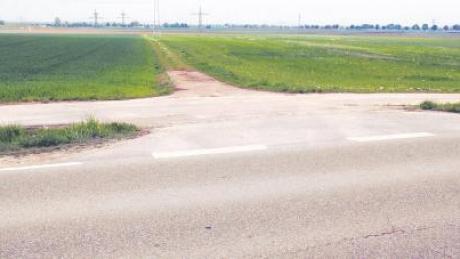 An dieser Stelle der Staatsstraße zwischen Nördlingen und Reimlingen könnte die Verbindungsstraße zur Ostumgehung (Bild unten im Hintergrund) abzweigen. Dreht man sich um, sieht man, dass an gleicher Stelle nahtlos eine Südumgehung kommen könnte, die einen massiven Einschnitt in die Senke zwischen Adlersberg (links im Bild oben) und Stoffelsberg bedeutete.