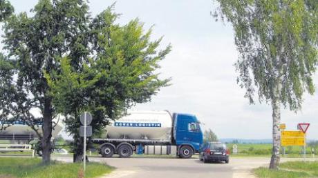 Der Heuweg ist die kürzeste Verkehrsanbindung Reimlingens an die B25. Doch das Bauamt Augsburg will den Anschluss (Bild) kappen und stattdessen eine über zwei Millionen Euro teure Querspange bauen. Dagegen wehren sich die Reimlinger.