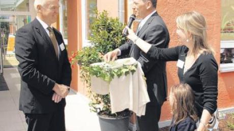 """Architekt Hubert Koukol übergab an Bürgermeister Karlheinz Stippler symbolisch den Schlüssel für die umgebaute und erweiterte """"Villa Funkelstein""""."""