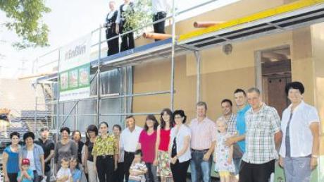 Kinder, Gemeinderäte, Vertreter der am Bau beteiligten Firmen und Mitarbeiterinnen des Marktoffinger Kindergartens hatten sich zum Richtfest der neuen Krippe eingefunden.