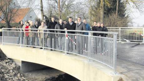 Bürger und Ehrengäste auf der neuen Megesheimer Gänsbachbrücke.