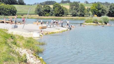 """Dieser Wasserspielplatz für Kinder wurde dieses Jahr am Härtsfeldsee eröffnet. Zwei Inseln befinden sich im See, von denen die kleinere """"Schwaneninsel"""" auf dem Bild zu erkennen ist."""