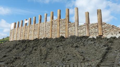 Mit dieser eindrucksvollen, fünf Meter hohen und begehbaren Keltenmauer entstand ein weiteres Element des Kelten-Freilichtmuseums am Fuße des Ipf.