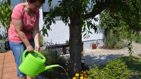 Inge Hertle gießt ihre Mädchenaugen. Bei Hitze geht sie jeden Morgen durch den Garten und bewässert ihre Pflanzen und Blumen intensiv.