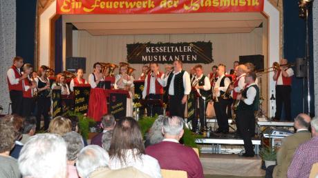 Zogen alle Register ihres Könnens: Die Kesseltaler Musikanten und die Flotten Härtsfelder spielten in Amerdingen auf.
