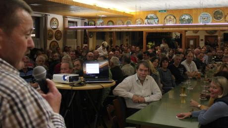 Volles Haus: Bürgermeister Klaus Schmidt (links) konnte knapp 300 Leute zur Bürgerversammlung im Wechinger Schützenheim begrüßen. Auch aus den Ortsteilen Fessenheim und Holzkirchen waren viele gekommen.