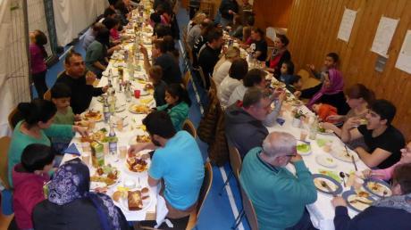 Eng wurde es in der Auhausener Mehrzweckhalle, als 40 Flüchtlinge und nahezu genauso viele Helfer ein gemeinsames Essen ausrichteten.