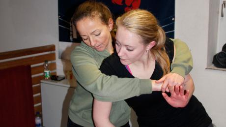 Hilda Kaufmann bringt Frauen und Mädchen in der der Bopfinger Sportschule von Michael Stahl bei, sich vor Übergriffen zu schützen. Auf dem Bild stellt sie den Angreifer dar(links), Sabrina Gerstel die Angegriffene.