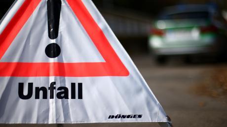 Ein 25-Jähriger hat auf der Staatsstraße 2221 bei Auhausen einen Unfall verursacht.