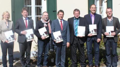 Vor dem Wechinger Rathaus präsentieren Bürgermeister, Planer, Landrat und Julia Geiger vom ALE die neuen Baufibeln für belebtere Dorfkerne.