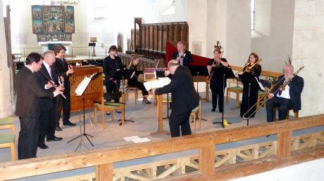 """Martyn Harry, Kompositionslehrer an der Oxford University, dirigierte die Uraufführung seines Werkes """"At His Majesty's Pleasure"""" (Musik zur Unterhaltung des Königs) in der Klosterkirche Auhausen. Die Ausführenden waren """"His Majesty's Sagbutts and Cornetts"""" (Barockposaunen und Zinken mit Orgel und Cembalo)."""