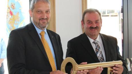 Architekt Stefan Heppner (links) und Bürgermeister Werner Thum bei der symbolischen Schlüsselübergabe.