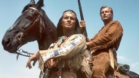 So kennt man Winnetou: Pierre Brice in der Rolle des berühmten Apachenhäuptlings mit dessen Blutsbruder Old Shatterhand (Lex Barker).