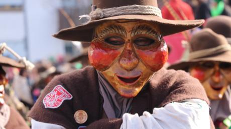 Mit massiven Holzmasken setzten die Huaderle der Wemdosia Schritt für Schritt durch die Megesheimer Straßen.