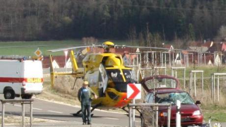Gegen 15.30 Uhr hat sich zwischen Hohenaltheim und Mönchsdeggingen am Montag ein schwerer Verkehrsunfall ereignet. Nach Informationen der Polizeiinspektion Nördlingen kollidierte eine 83-jährige Fahrradfahrerin auf der Verbindungsstraße zwischen Mönchsdeggingen und Hohenaltheim auf Höhe von Merzingen mit einem Auto.